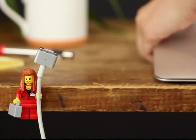 lego-porte-cable-1 Astuce : utiliser les bonshommes Lego pour tenir vos câbles