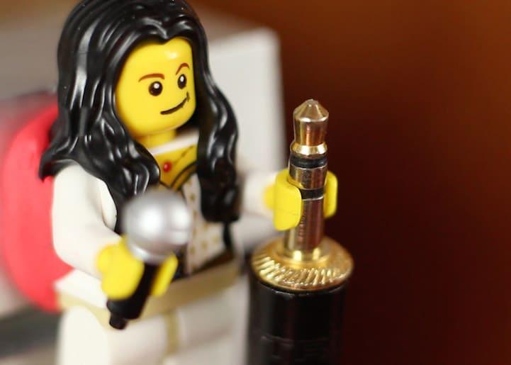 lego-porte-cable-2 Astuce : utiliser les bonshommes Lego pour tenir vos câbles