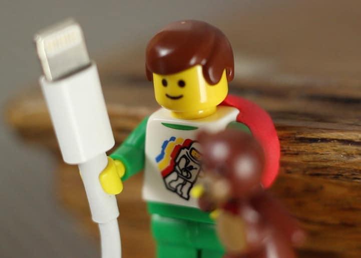 lego-porte-cable-3 Astuce : utiliser les bonshommes Lego pour tenir vos câbles