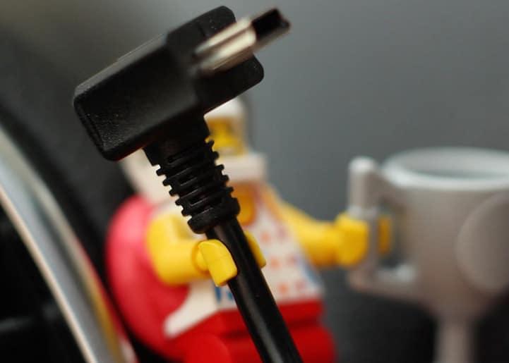 lego-porte-cable-4 Astuce : utiliser les bonshommes Lego pour tenir vos câbles