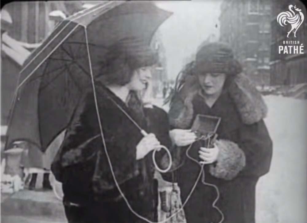 pathe-premier-telephone-portable-1922 L'image du jour : 1922, test du premier téléphone portable de l'histoire