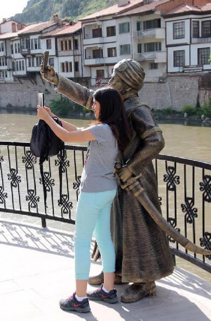statue-selfie-turquie-2 L'image du jour : la première statue en hommage au selfie !