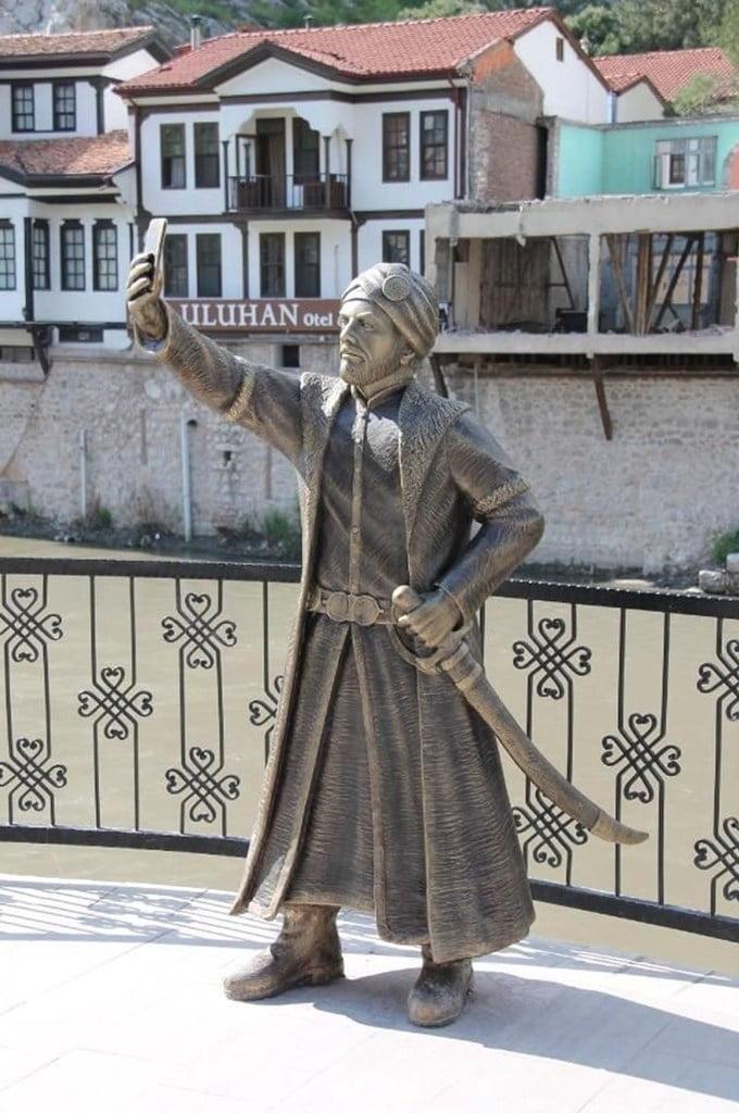 statue-selfie-turquie-3 L'image du jour : la première statue en hommage au selfie !