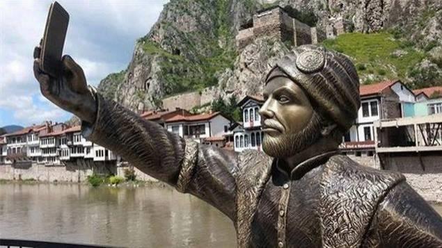 statue-selfie-turquie L'image du jour : la première statue en hommage au selfie !