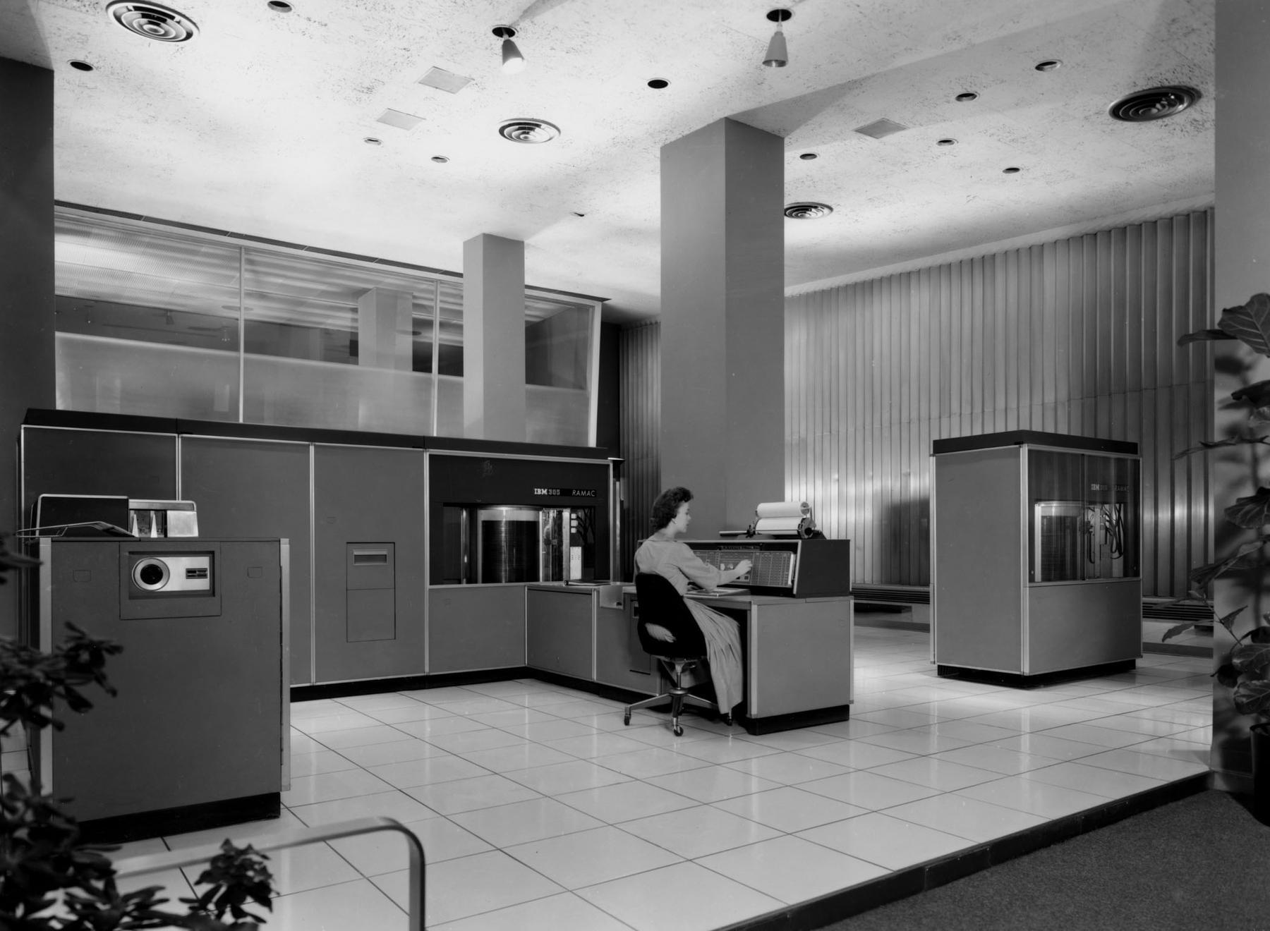 ibm-ramac-305 L'image du jour : A quoi ressemblait un disque dur de 5 Mo en 1956 ?