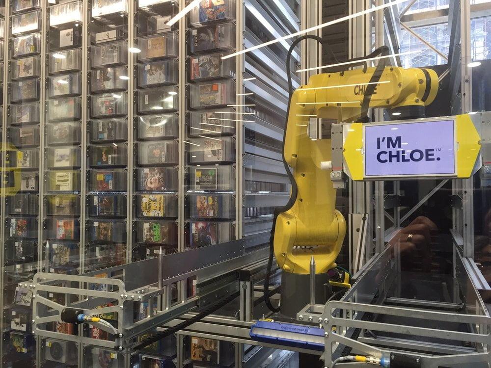 hello-i-am-chloe2 A New York un bras robotique vend des CD et des DVD 24h sur 24