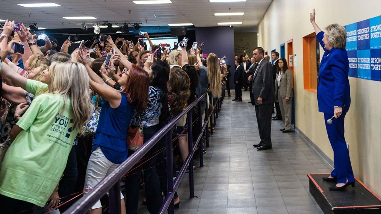 hillary-clinton-selfie L'image du jour : cette photo de la campagne d'Hillary Clinton résume à elle seule 2016 !